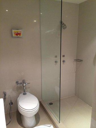 24 Inn Hotel: Shower