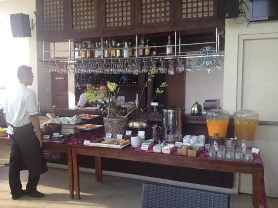 The Cocoon Boutique Hotel: Cold options at breakfast - you can order hot breakfast too.