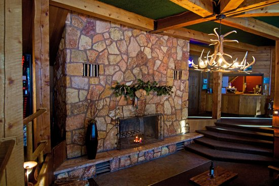 Soda Butte Lodge : Lobby Fireplace