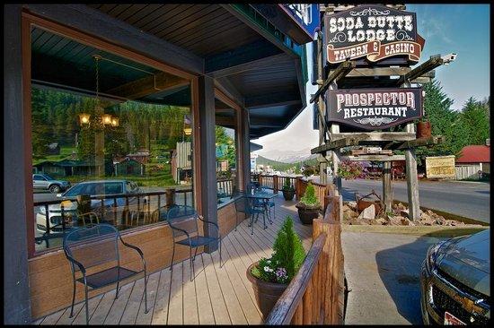 Soda Butte Lodge: Front Walk-way