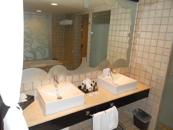 Ocean Coral & Turquesa: Baño en la habitación 1107