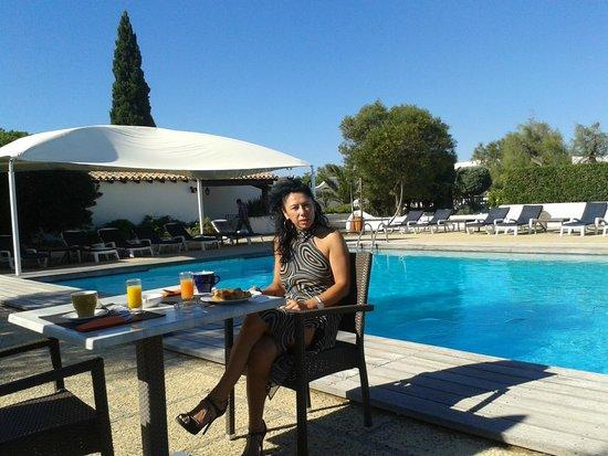 L'Auberge Cavaliere Du Pont Des Bannes: petit déjeuner au bord de la piscine