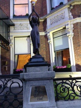 The Shelbourne Dublin, A Renaissance Hotel: Outside Statue