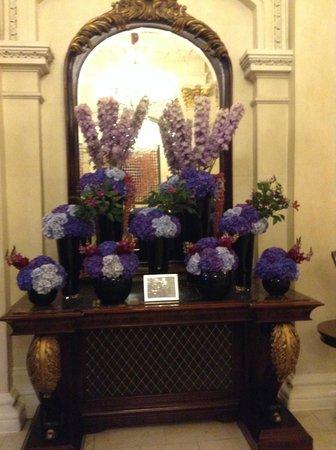 The Shelbourne Dublin, A Renaissance Hotel : Entry flowers