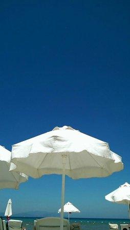 Palm Wings Beach Resort: Бездонное небо над пляжем.
