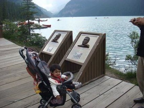 Fairmont Chateau Lake Louise: My little one, not really amused by her beautiful surroundings !