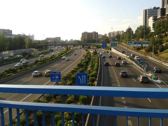 Novotel Madrid Puente de la Paz: Via expressa perto do hotel