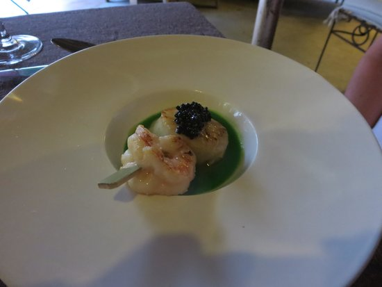 La Estancia: Scallop, prawns on a pea sauce