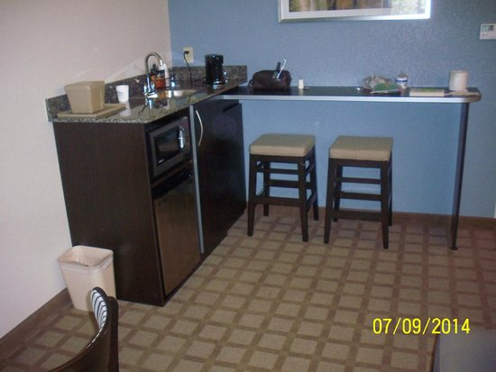 Microtel Inn & Suites by Wyndham Wilkes Barre: Microwave, Refrigerator & Sink Area w/Coffee Maker
