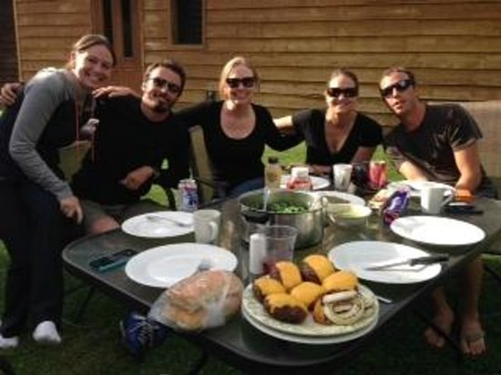 Talkeetna Cabins: BBQ in the common area