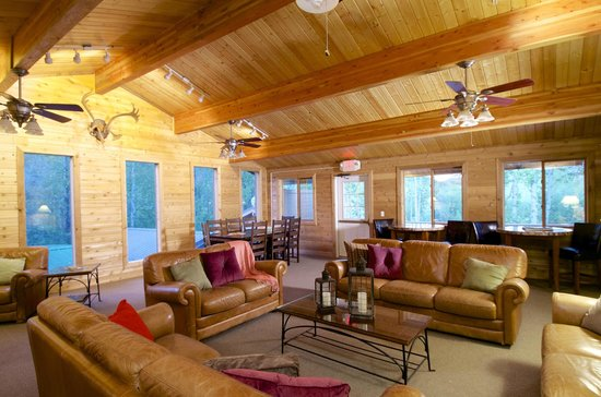 Denali Backcountry Lodge: Convenient lounge area in the Main Lodge