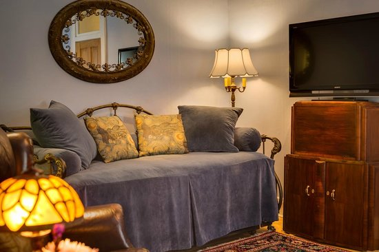 Bella Roma Bed and Breakfast: Chelsea Suite - living room with daybed/trundle
