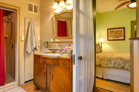 Bella Roma Bed and Breakfast: Chelsea Suite bathroom with clawfoot tub and walk-in shower