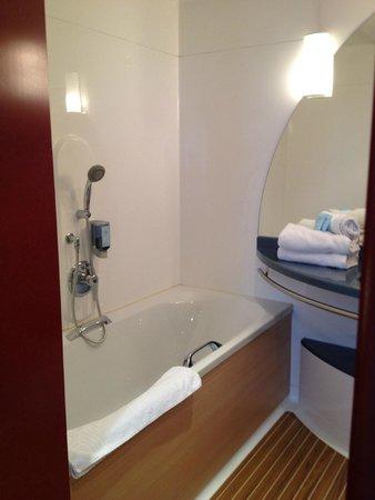 Novotel Suites Lille Europe hotel: baignoire