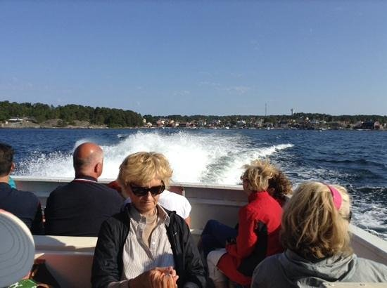 leaving Sandhamn...the ferry sure got some speed up when it left the confines of the harbour.