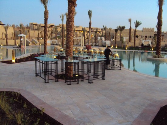 Qasr Al Sarab Desert Resort by Anantara: Pool side