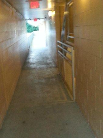 Days Inn Alexandria South : Side hallway