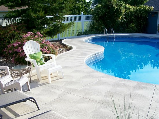 Appletown Bed and Breakfast: Relax poolside