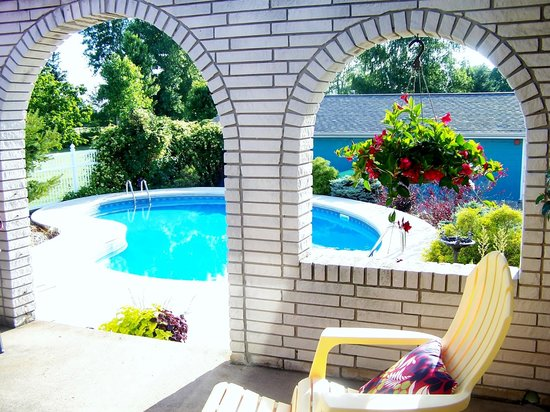 Appletown Bed and Breakfast: Pool view from our courtyard