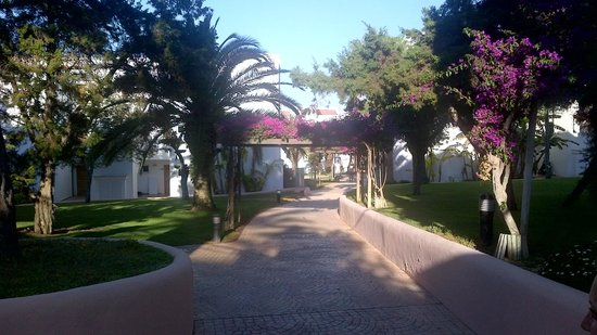Insotel Tarida Beach Sensatori Resort: Walkway to restaurant and lower pool and beach