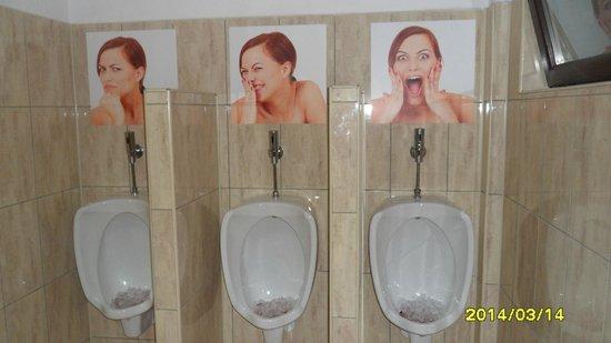 Taverna Sarbului: gentlemen toilet humour