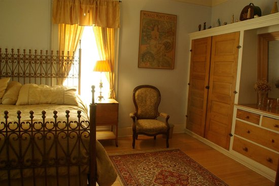 Bella Roma Bed and Breakfast: French Quarters built in closet and comfortable chair