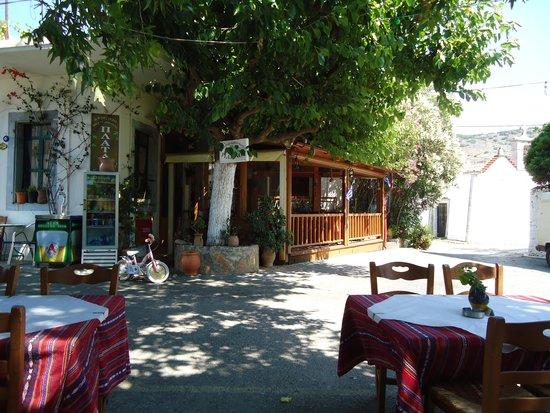 Elounda Garden Suites : Costa's restaurant in the mountains