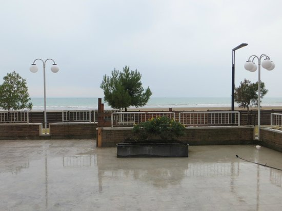 Hotel Columbus: Blick von der Terrasse Richtung Strand
