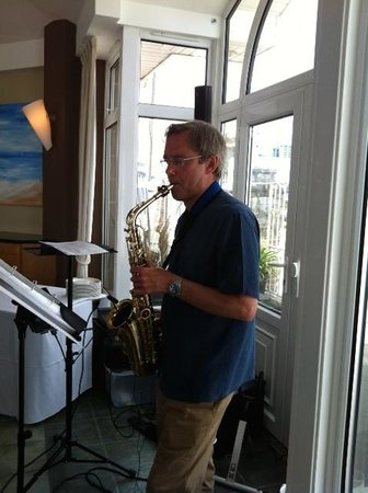 Sandbanks Hotel: Saxophonist entertaining the party guests