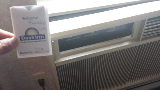 Days Inn Airport/Maine Mall : outdated and noisy AC