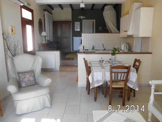 Katalagari Country Suites: the sitting room and kitchen