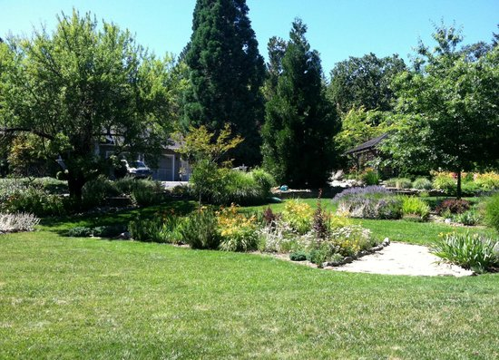 TouVelle House Bed & Breakfast: Beautiful expansive, three-tiered front garden area