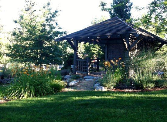 TouVelle House Bed & Breakfast: Pond-side seating in a shady pergola