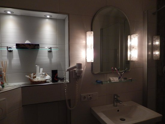 Hotel Edelweiss: The bathroom