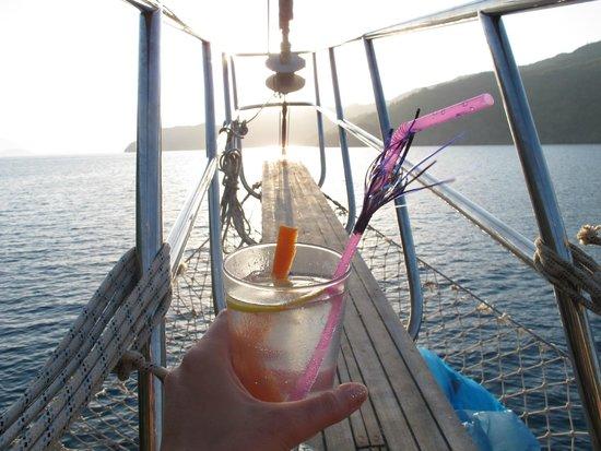 Before Lunch Boat Cruises: Gin Tonic local préparé par le charmant chef Sonny!