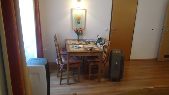 Pension VITIS: Table and portable air conditioner