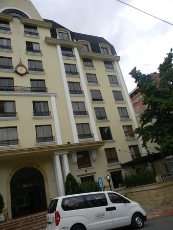 Hotel Estelar Suites Jones : frente del hotel y transporte de excursiones