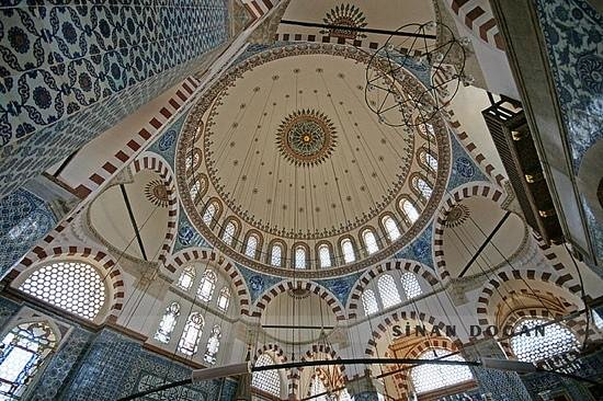 Mosquée de Rüstem Pacha : Magnificient dome with the tiles from İznik