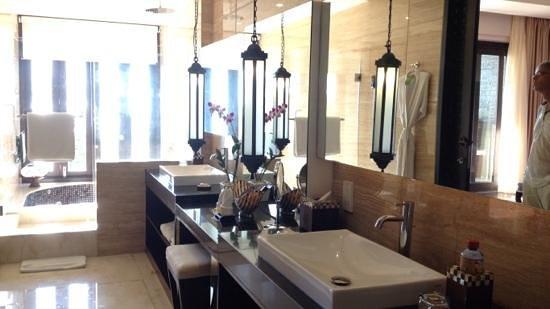 The Seminyak Beach Resort & Spa: Bathroom of ocean view suite