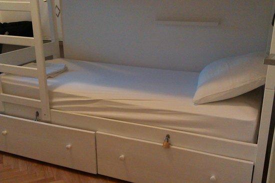 The Hostel : Кровать и закрывающийся на замок шкафчик для багажа