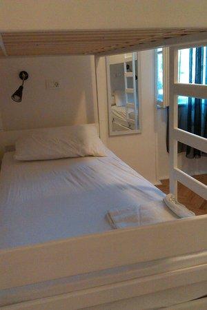 The Hostel : кровать