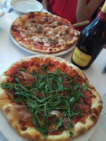 Pazzia Caffe and Trattoria: Pizza for appetizer