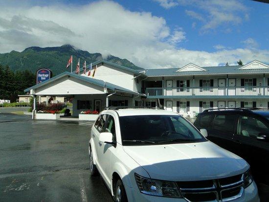 Heritage Inn: Parking Lot