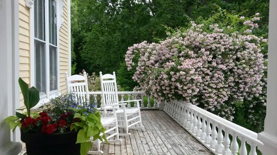 Hillsdale House Inn: Rock and relax on the front porch next to fragrant shrubs. Or go around back to the veranda.