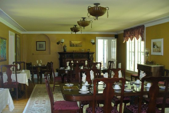 Hillsdale House Inn : Enjoy artwork while having breakfast in this airy, light-filled dining room
