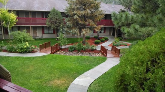 Best Western Pine Springs Inn: Interior walking area of grounds by the hotel