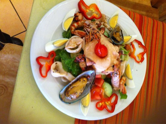 Ta Agrimia: Seafood salad