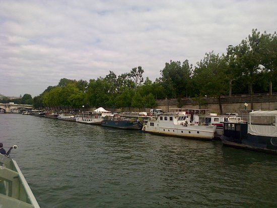 Vedettes du Pont Neuf : Huose boats doked along the river's edge