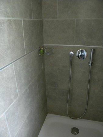 Hotel Mirabeau : douche avec matériaux de qualité