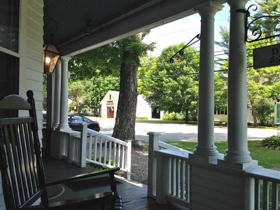 Monadnock Inn: Front porch with rockers